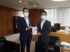 佐藤理事長(写真・左)から滝沢三条市長に贈呈